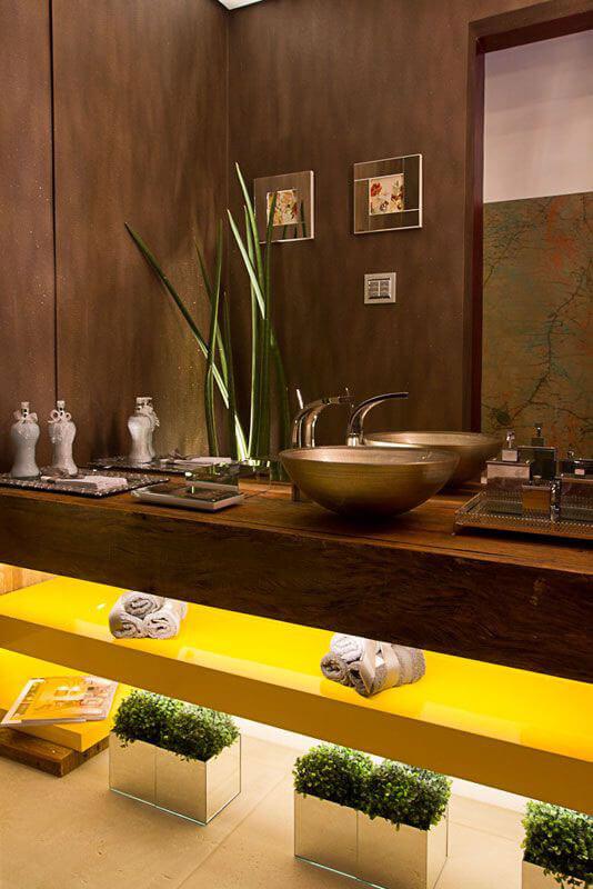 Outra cor de destaque são os móveis em amarelo que estão com muita força, como esse armário duplo apoiado