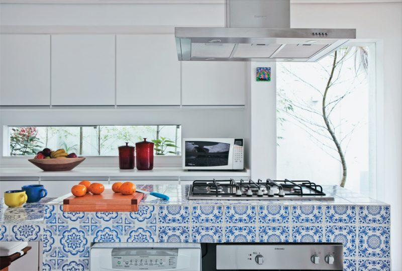 Bancada de cozinha com azulejos cerâmicos portugueses