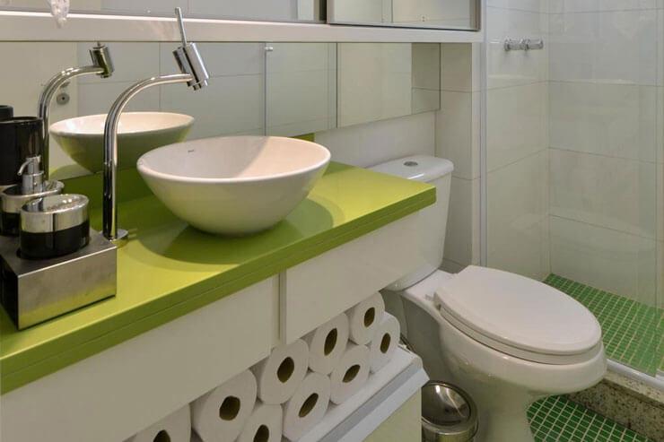 Agora se você quer uma decoração mais agitada, esse armário apoiado verde para banheiro é uma boa pedida