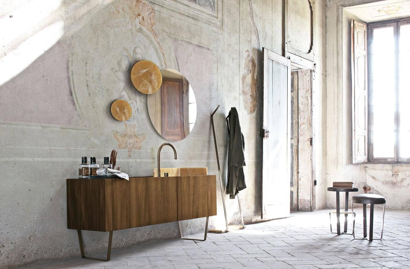 Móveis modernos mesclados com decoração e revestimento bem retrô para o banheiro
