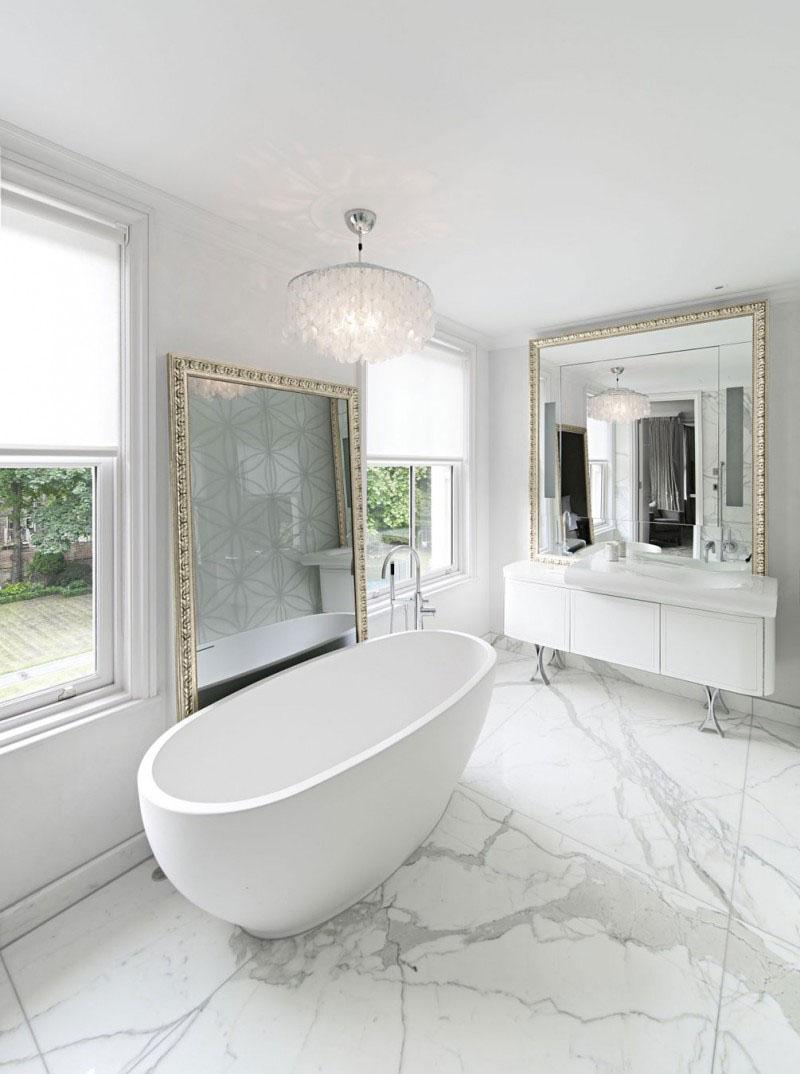 Espelho largado no chão e banheira simples dão o tom nesse banheiro com decoração clean