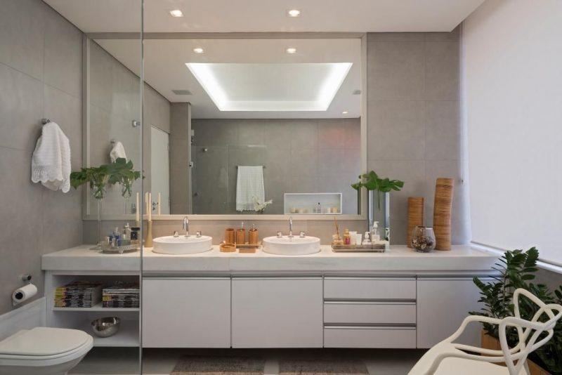 Já essa ideia usa uma decoração muito mais clean e moderna para um banheiro espaçoso