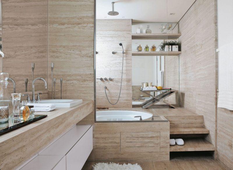UM grande espaço no banheiro, revestido com mármore travertino, um revestimento de luxo e super moderno para banheiros decorados