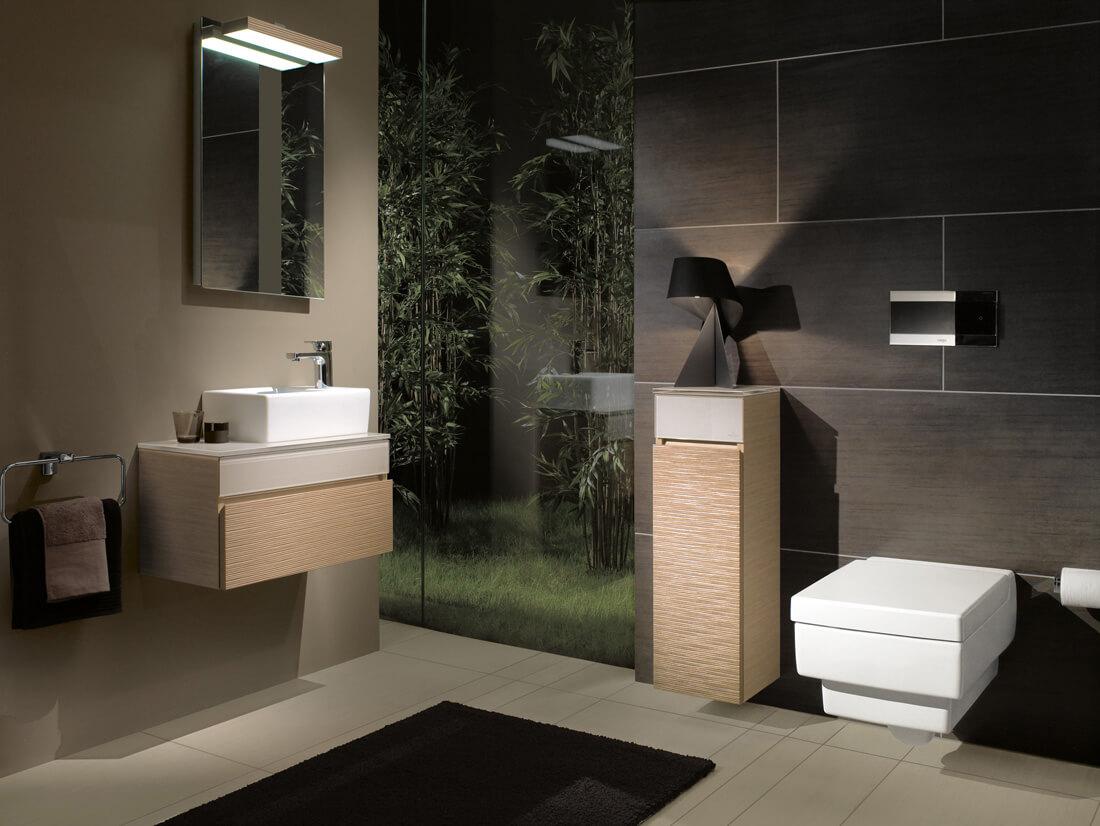 Móveis pendentes e bem algulados dão uma cara super moderna para esse banheiro conteporâneo