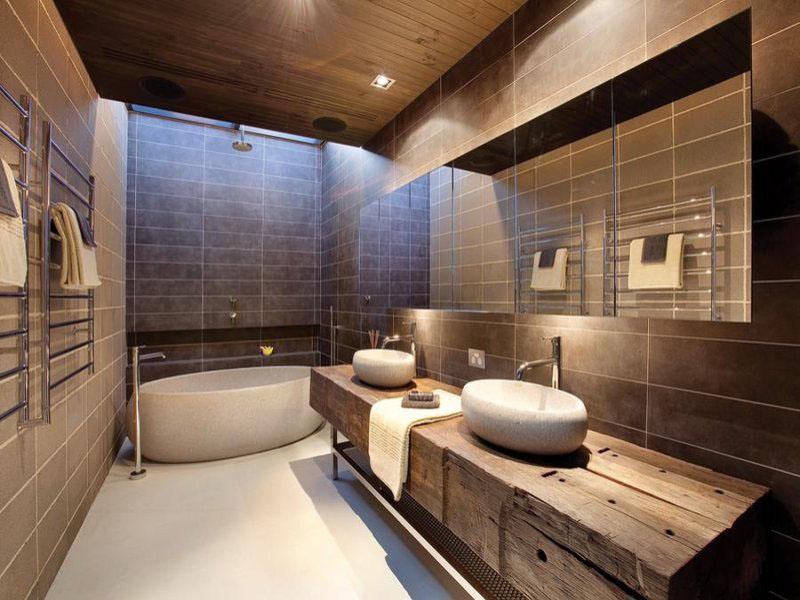 A madeira em estado natural causa é peça chave nessa decoração mais rústica do banheiroA madeira em estado natural causa é peça chave nessa decoração mais rústica do banheiro