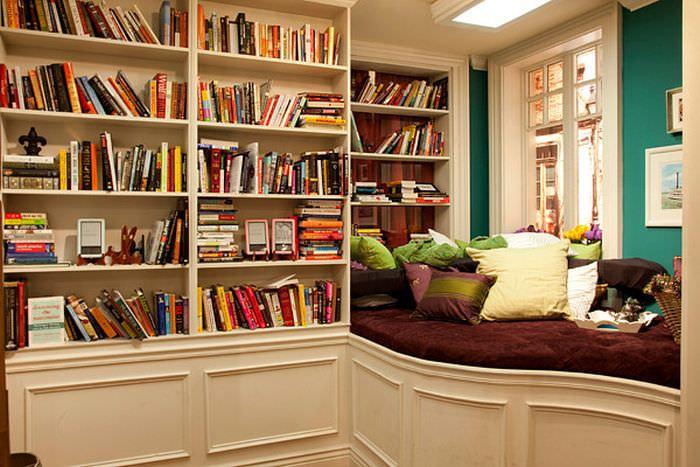 Espaço de cantinho de leitura em uma pequena biblioteca em casa