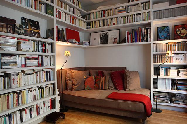 Outro exemplo de biblioteca com cantinho para leitura para instalar em casa