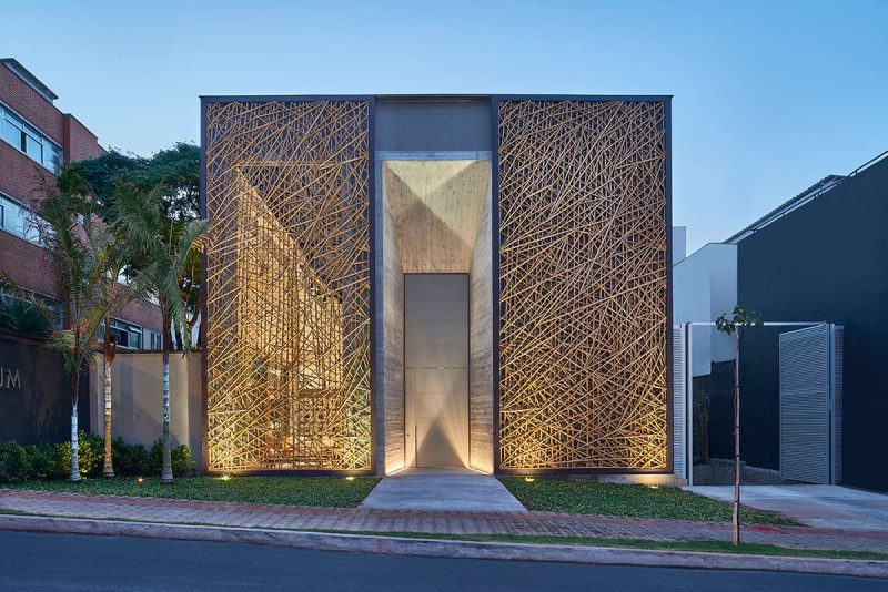 Apesar de ser menosprezado na construção, o bambu é um material que pode compor belas composições arquitetônicas, como a exemplo acima