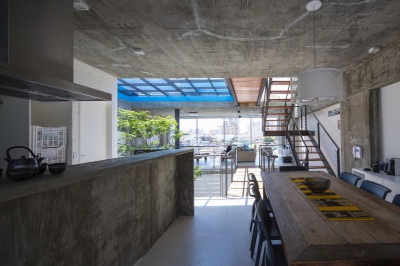 Cozinha moderna com acabamento em cimento queimado