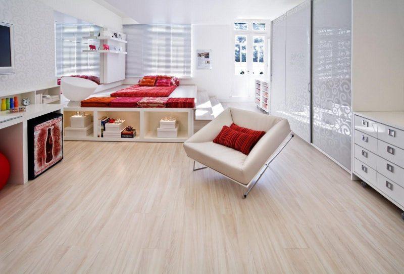 Revestimento de piso laminado madeira clara para piso de dormitório de casal