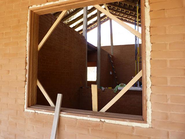 Espuma expansiva para fixação de esquadria de madeira
