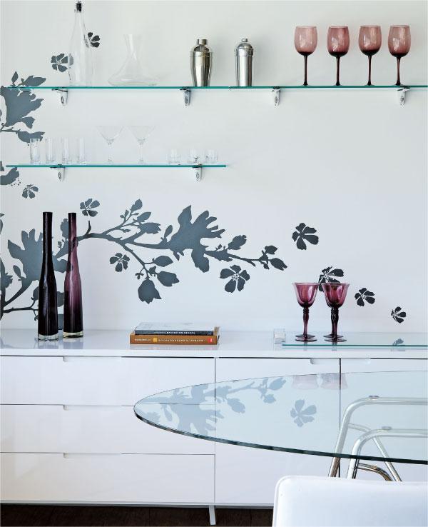 Mesa, bancada e prateleiras de vidro em cozinha integrada