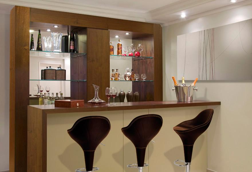 Prateleiras de um bar para sala feitas em vidro para expor taças e ...