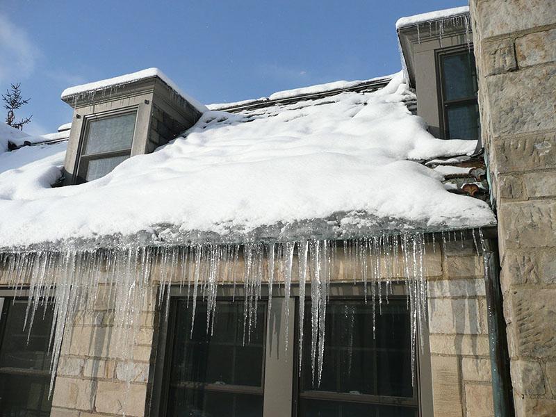 acúmulo de gelo no telhado em regiões que nevam pode causar problemas de infiltração