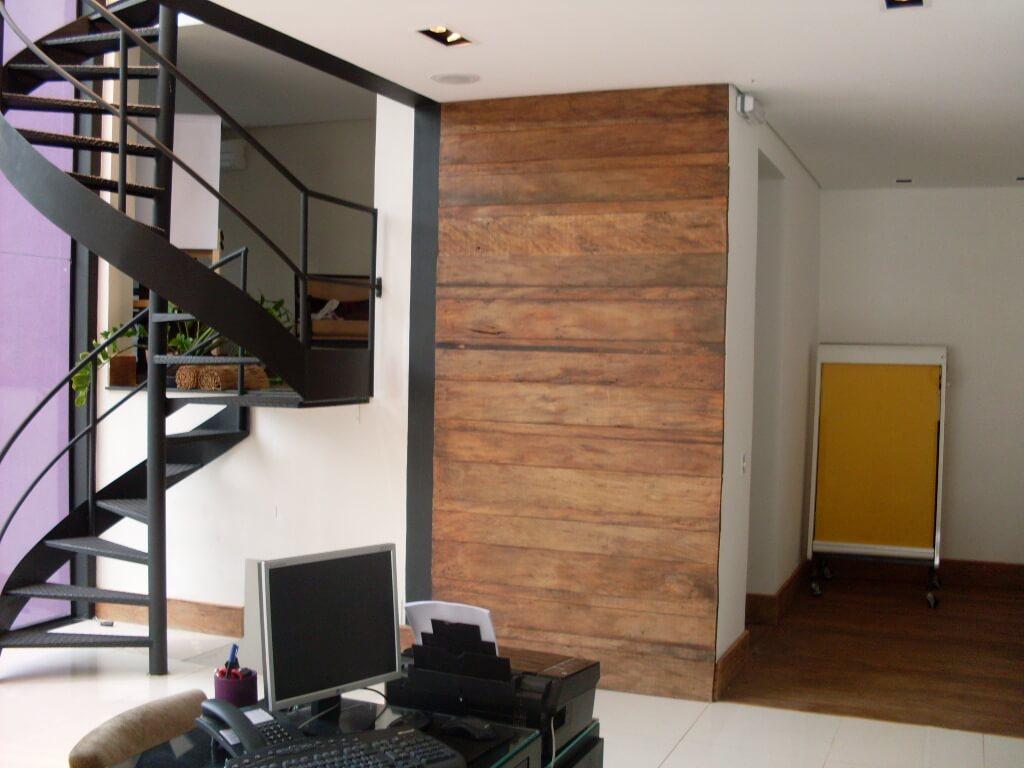 A Madeira maciça também pode revestir paredes internas, como nesse caso