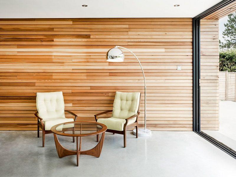 A Madeira ripada também pode revestir paredes internas, como nesse caso