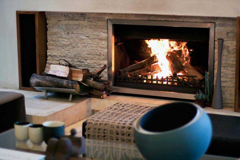 O aço escovado também pode ser usado em detalhes da decoração , como a moldura dessa lareira