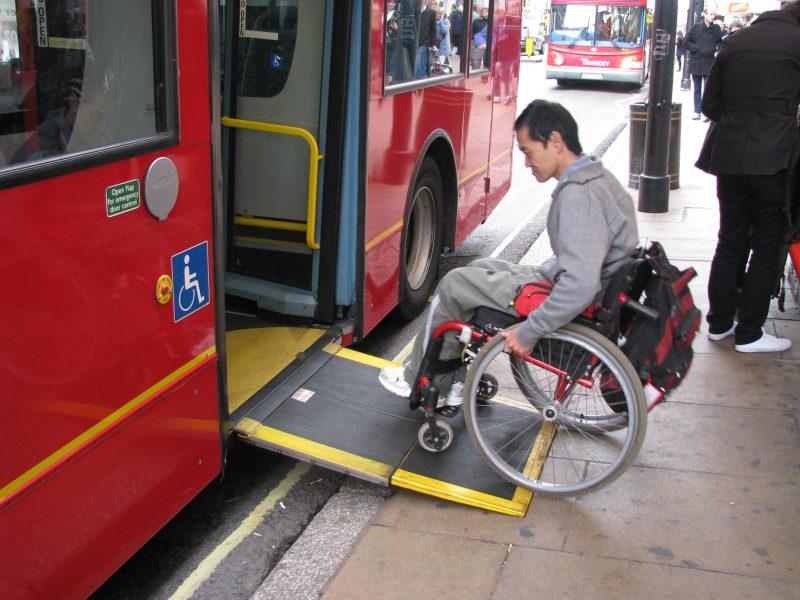 ônibus com plataforma elevatória para garantir o acessibilidade para deficientes