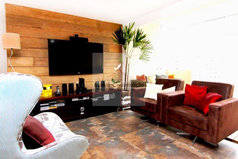 Painel da parede de TV revestido em madeira de demolição