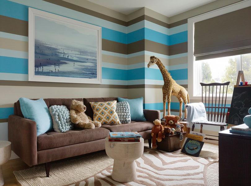 Parede de sala de estar com listras horizontais de cores intercaladas