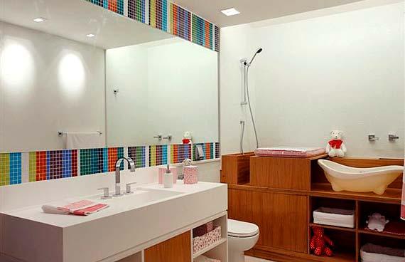Essa ideia é super original: usar pastilhas de vidro da parede do banheiro para formar listras coloridas na parede