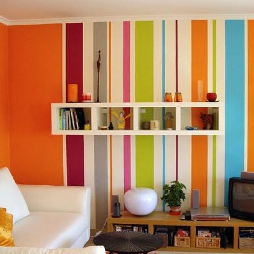 Ou você pode optar por algo mais extravagante, como essas listras super coloridas na parede da sala de estar