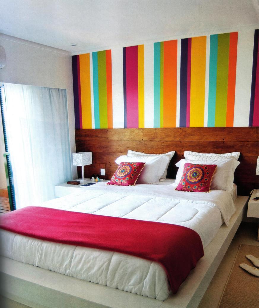Quarto de casal com paredes coloridas listradas