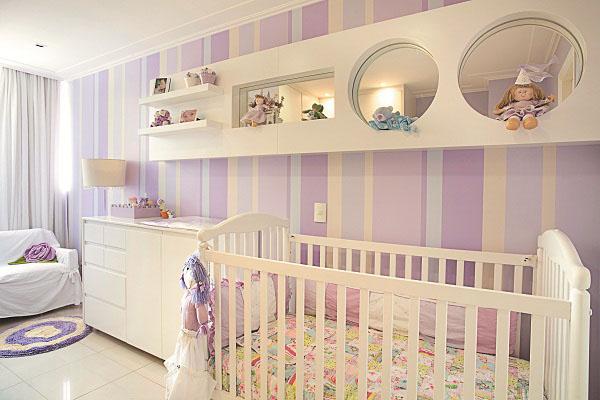 Decoração com listras em parede de quarto feminino em lilás