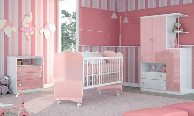 já essa parede é listrada com tons de rosa, para quarto feminino de bebê