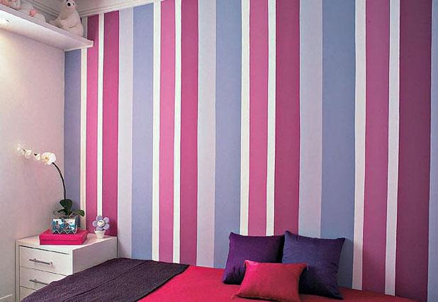 Já esse quarto mescla diferentes tons de magenta e lilás para compor a decoração feminina do quarto