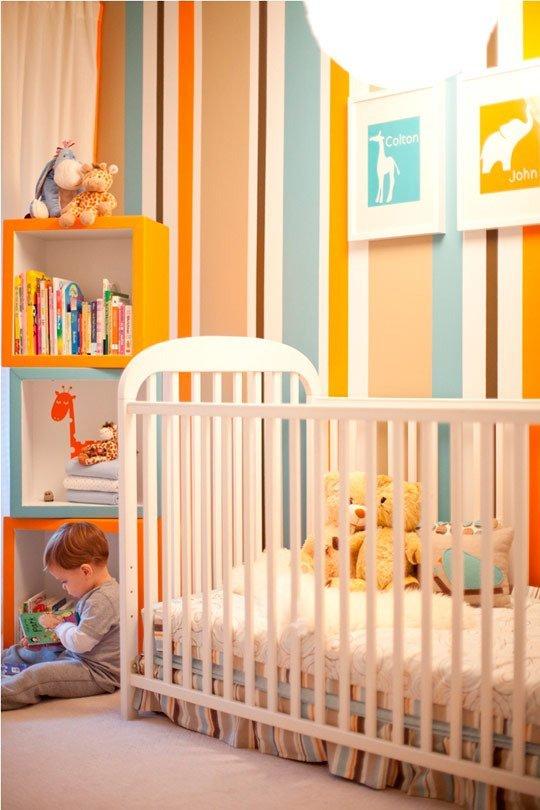 Um belo exemplo de parede colorida listrada em quarto infantil, com cores para quarto masculino