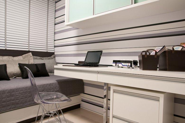 Já esse Home Office mantém a sobriedade assumindo tons de cinza nas listras horizontais na parede.