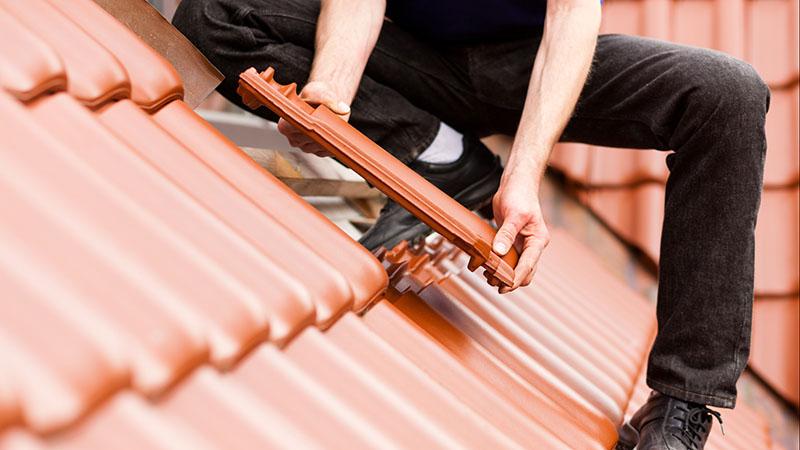 A substituição de telhas é a melhor solução em caso de goteiras por telhas quebradas
