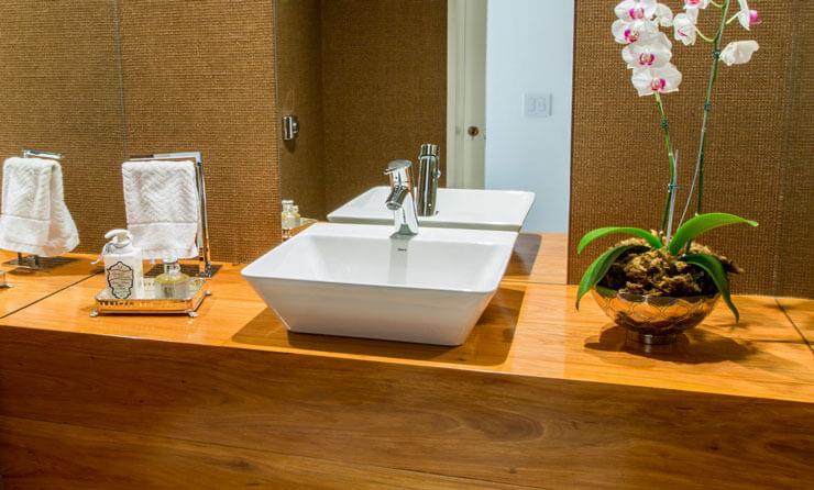 para quem deseja um ambiente mais discreto, uma boa pedida é essa pia ara banheiro moderna de madeira