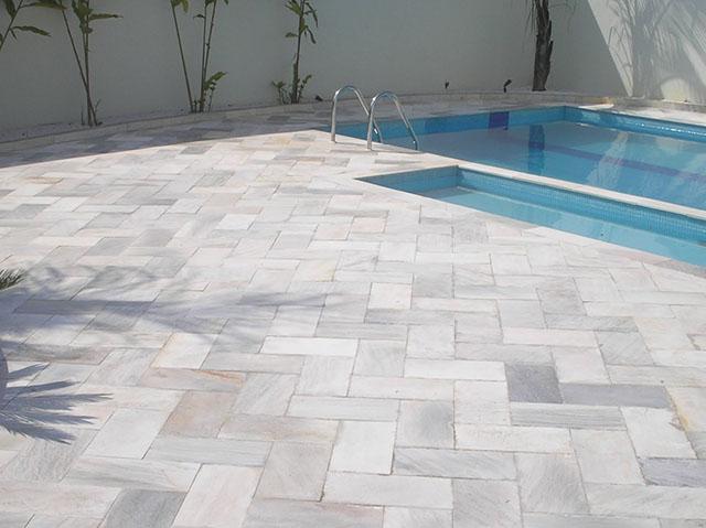 Revestimento de piso de piscina com pedra de minas