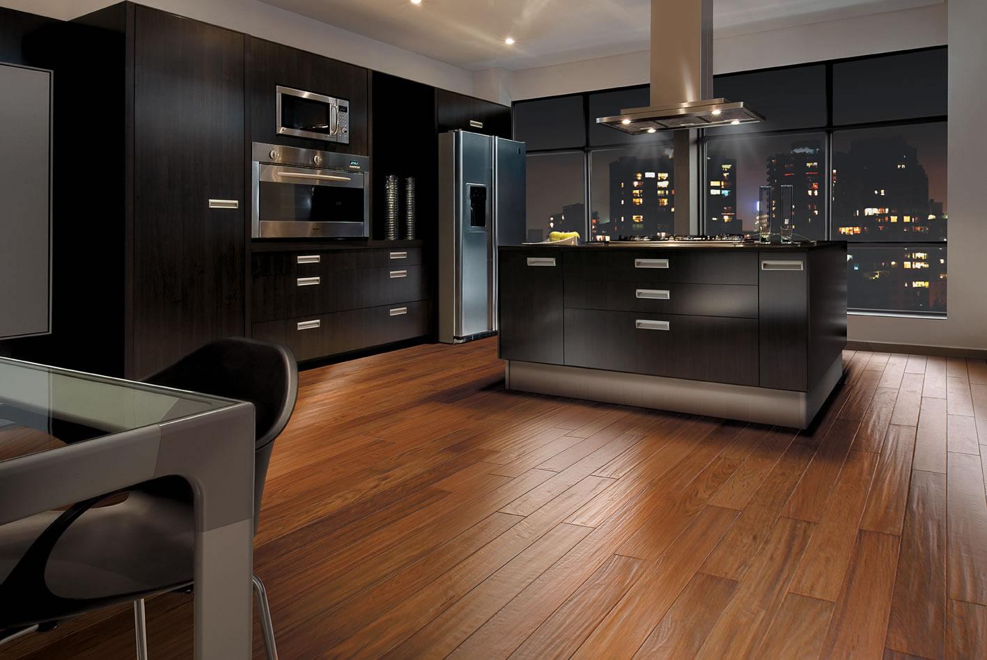 Já essa cozinha usa piso laminado madeira escura para o revestimento