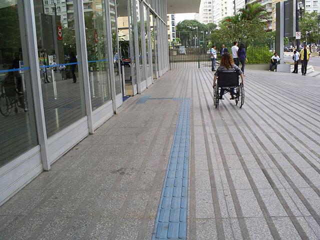 O piso tátil é uma iniciativa importante para promover a acessibilidade a pessoas com deficiência visual