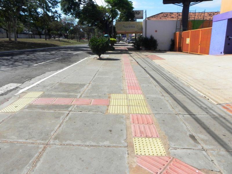 Calçada com faixa livre de circulação prevista, onde o piso é regular, firme, estável e antiderrapante.