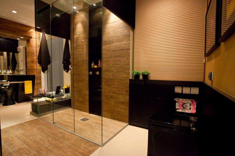 Elementos super modernos decoram esse banheiro com espaço de dar inveja. Detalhe fica no piso com piso porcelanato madeira.