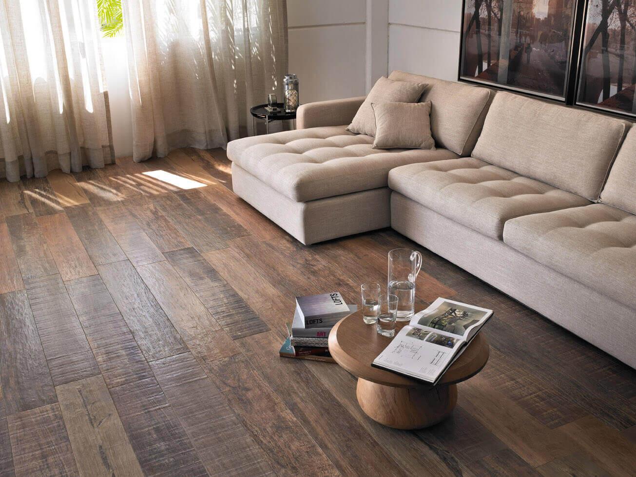 Esse piso usa Porcelanato da Portobello, que imita a madeira perfeitamente.