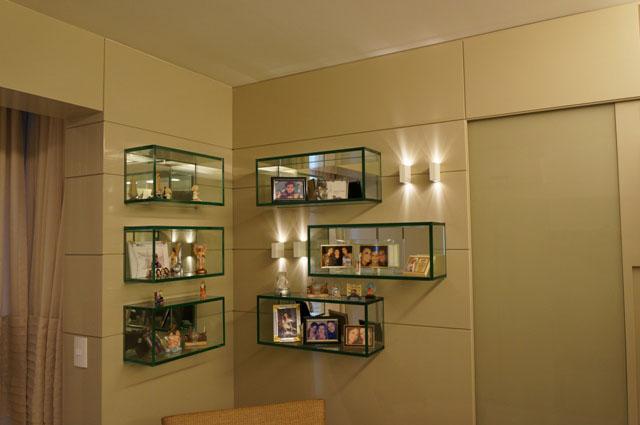 Pode ser também usada em balcão de escritório no quarto, e em prateleiras