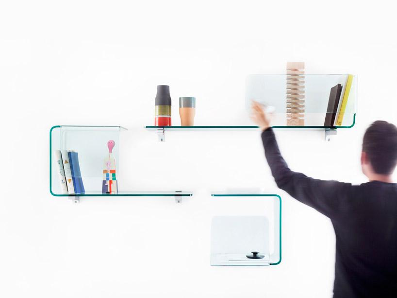 Prateleiras modulares de vidro curvo para parede da sala- Studio Klaus