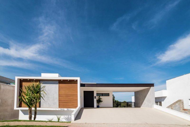 Revestimento de fachada de casa moderna de madeira maciça em ripas
