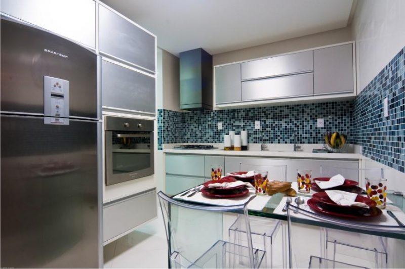 Cozinha revestida com pastilhas azuis