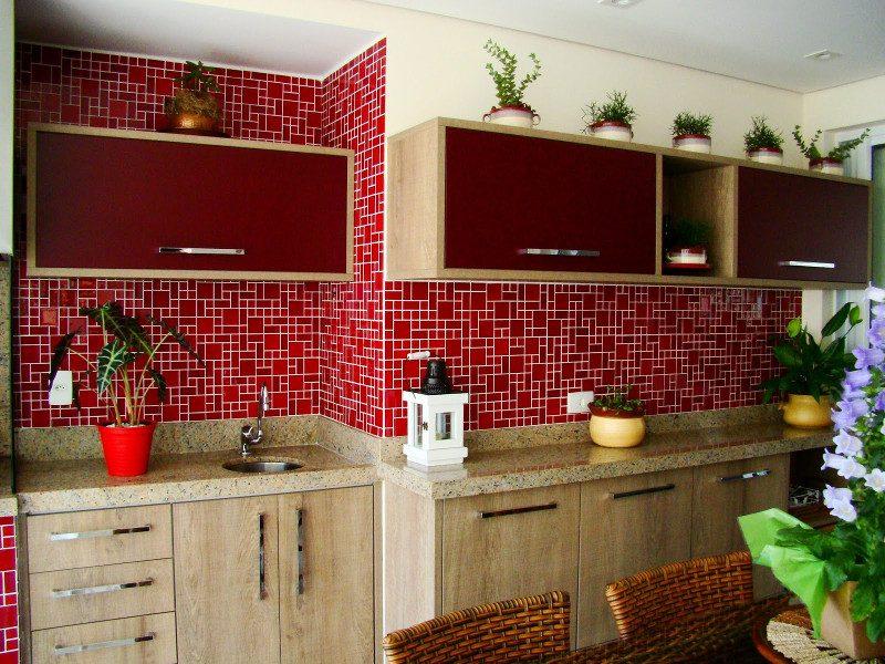 Pastilha de Vidro vermelhas em parede de cozinha