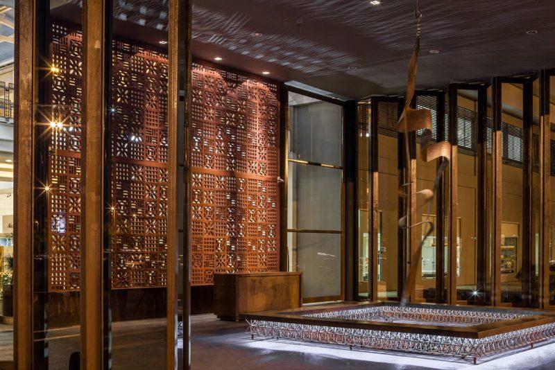 Na decoração de interiores, o aço corten pode ser recortado e usado em paineis decorativos