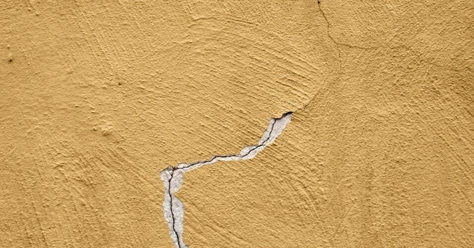 trinca do reboco causada pela expansão da argamassa