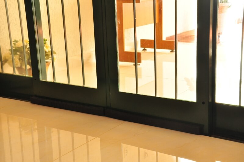 O veda porta em nylon pode ser fixo ou encaixado na base da porta