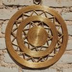 Mandala dourada feita de capim