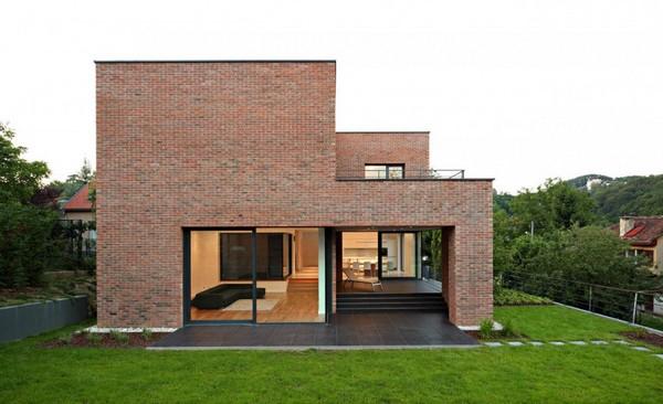 Fachada simples de casa moderna em alvenaria de tijolo maciço aparente